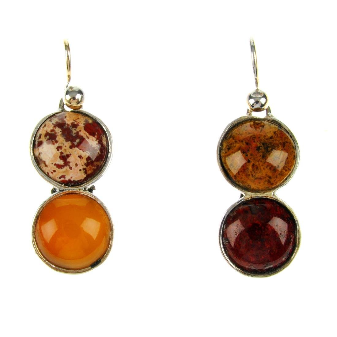 An agate ring and earrings. The ring designed as six