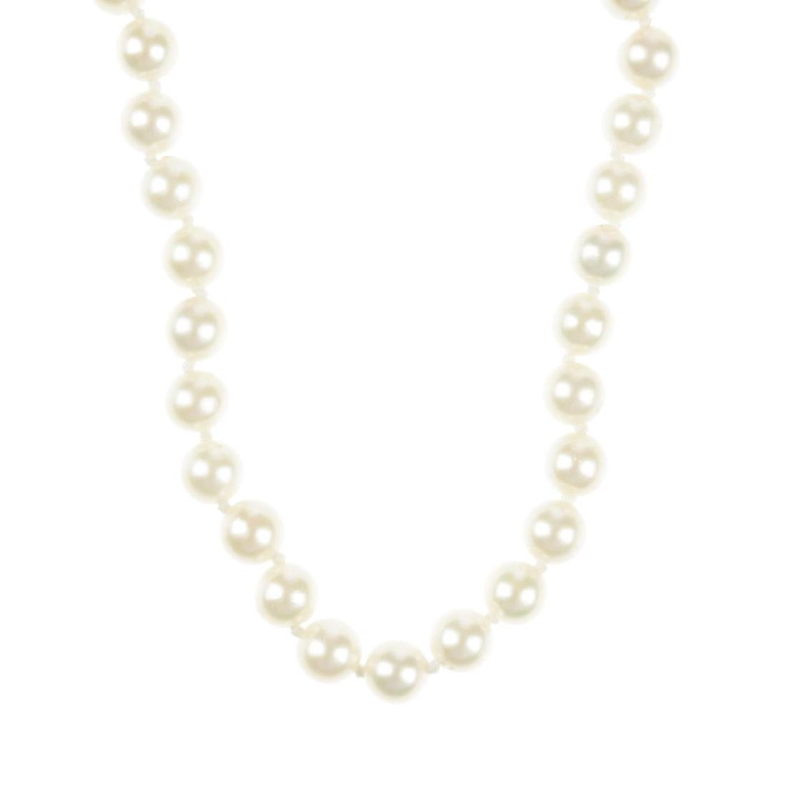A cultured pearl necklace. Comprising a single row of