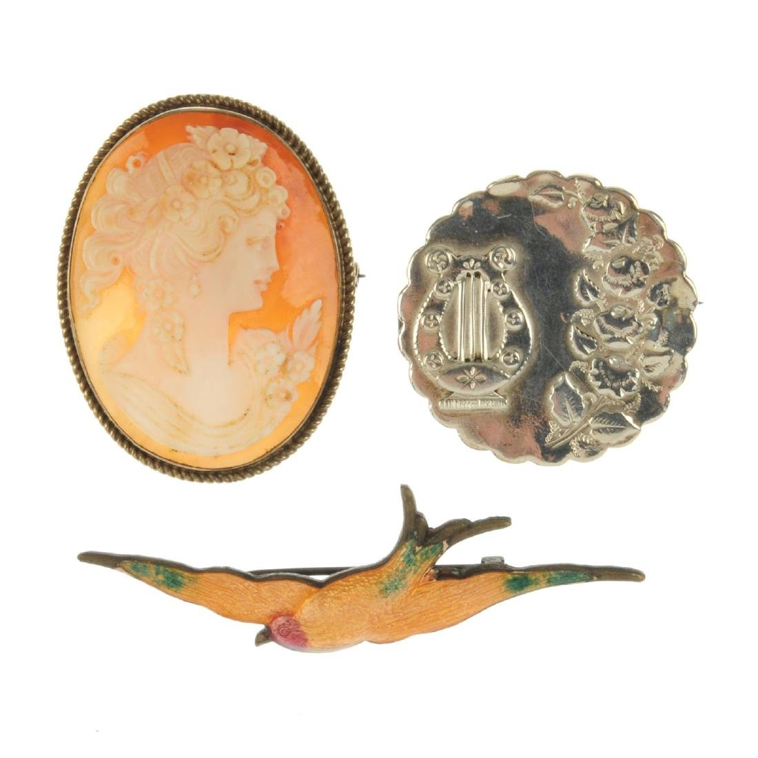 A selection of jewellery. To include a 9ct gold cameo