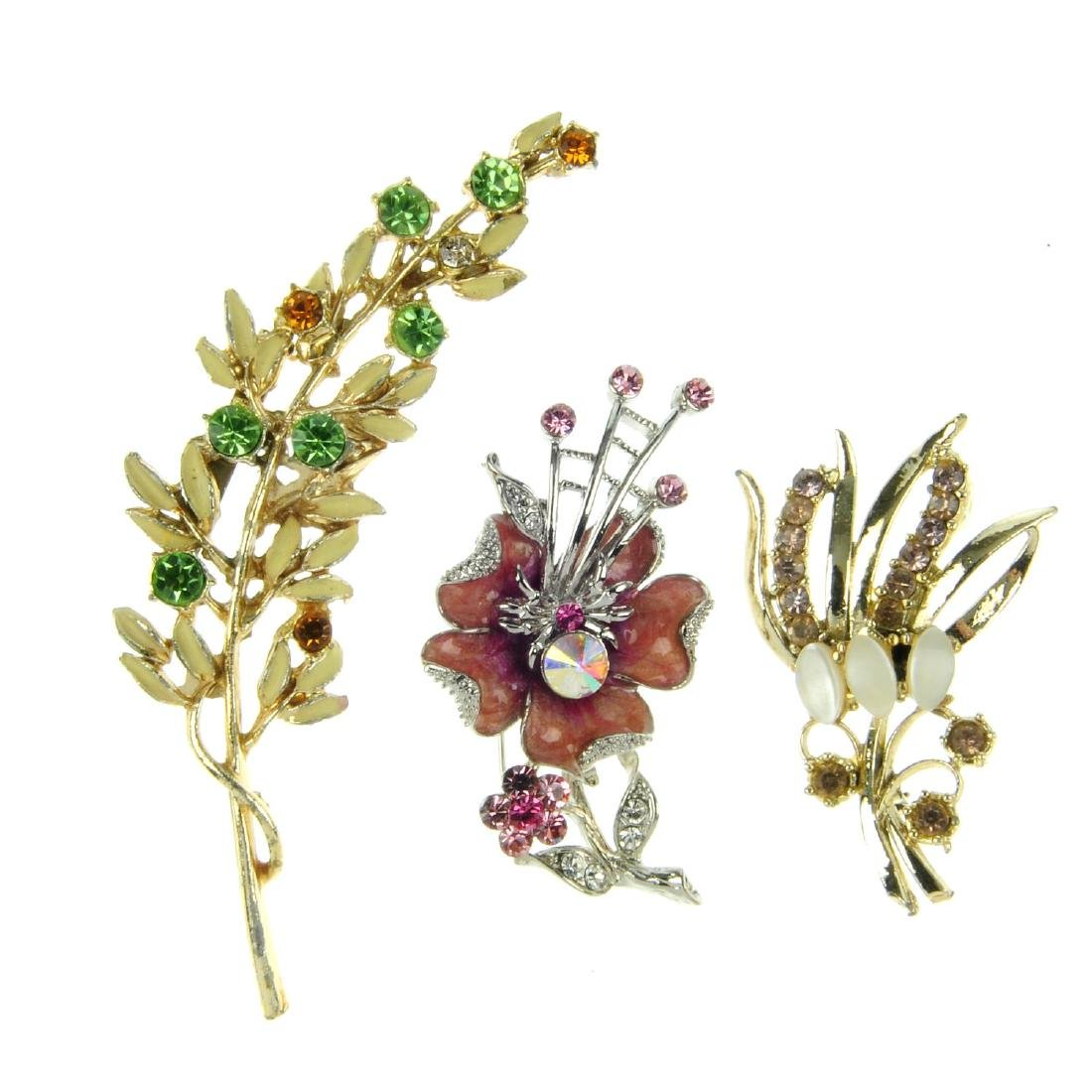 A quantity of costume jewellery brooches. To include a