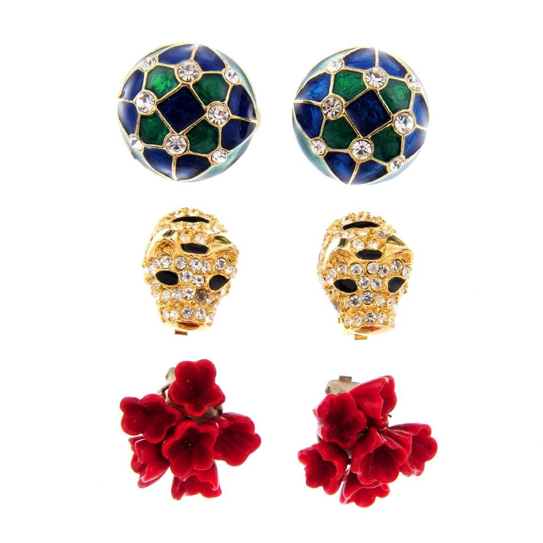 A large quantity of costume jewellery earrings.
