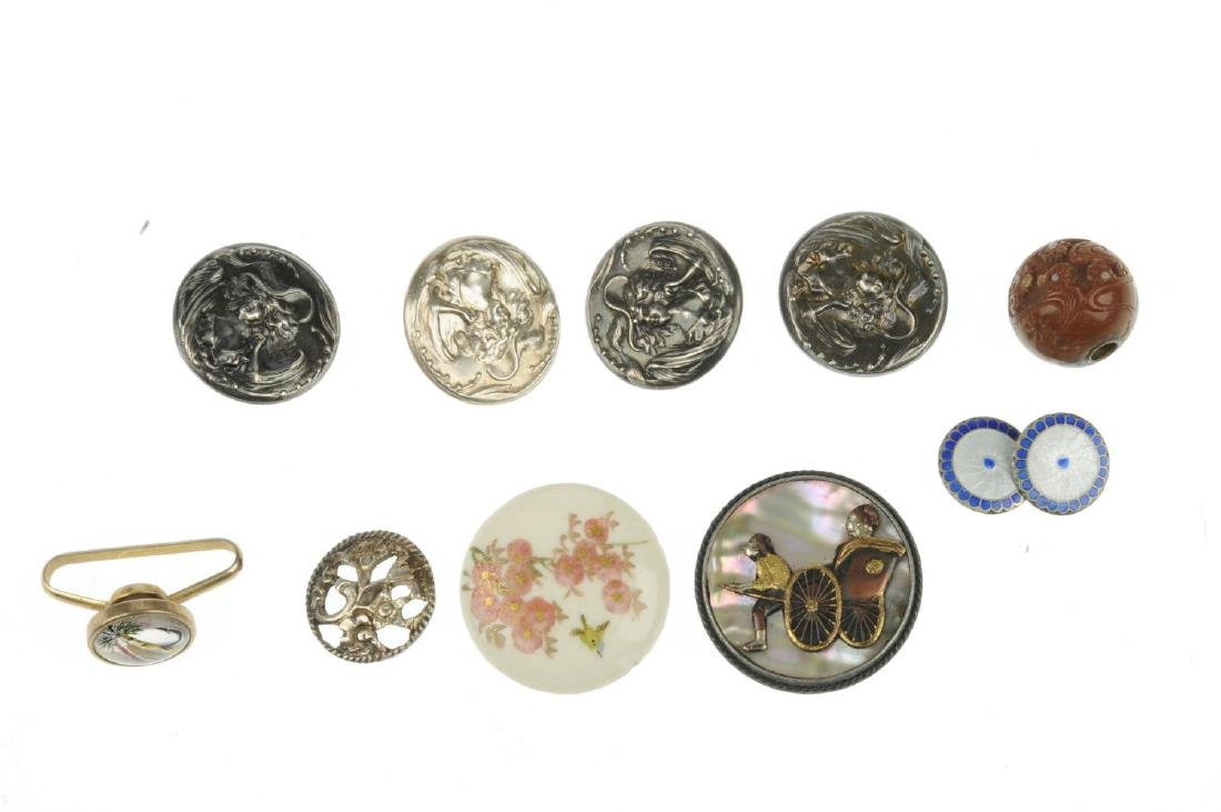 A selection of mainly early 20th century buttons. To - 2