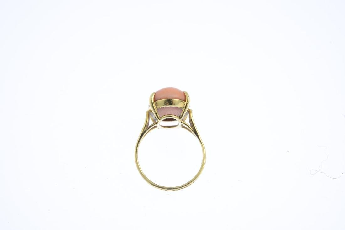 A coral single-stone ring. The oval coral cabochon, - 2