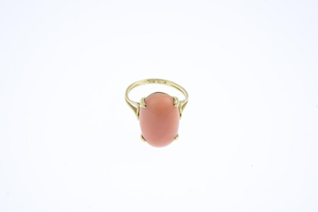 A coral single-stone ring. The oval coral cabochon, - 3