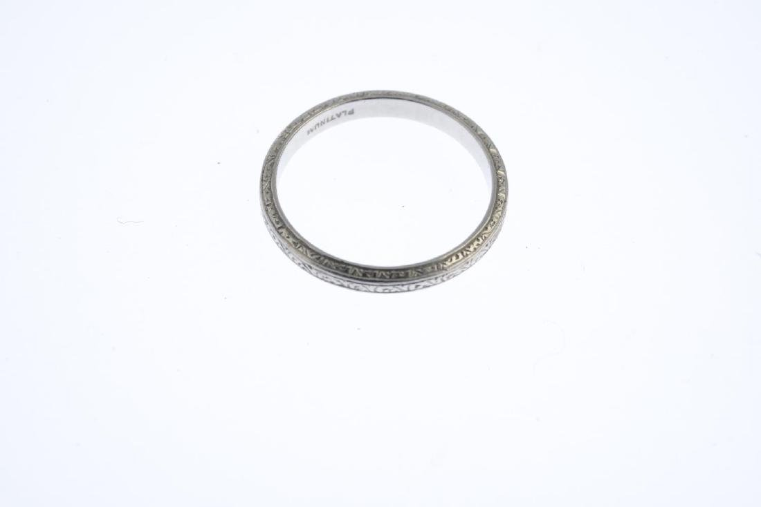 A band ring. Designed as a textured band. Ring size L. - 2