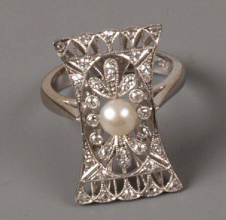 7: White gold cocktail ring of flared upfinger design w