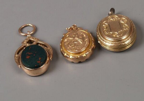 9: Three pendants to include a late Edwardian 9ct gold