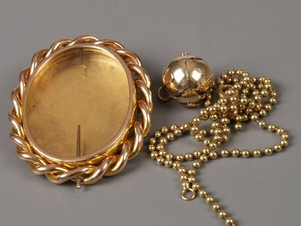 10: 9ct gold revolving photograph locket with rope edge