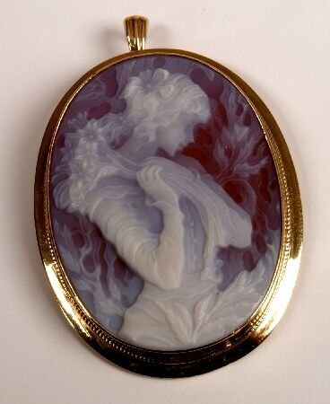 12: 9ct gold laser cut oval cameo set pendant depicting