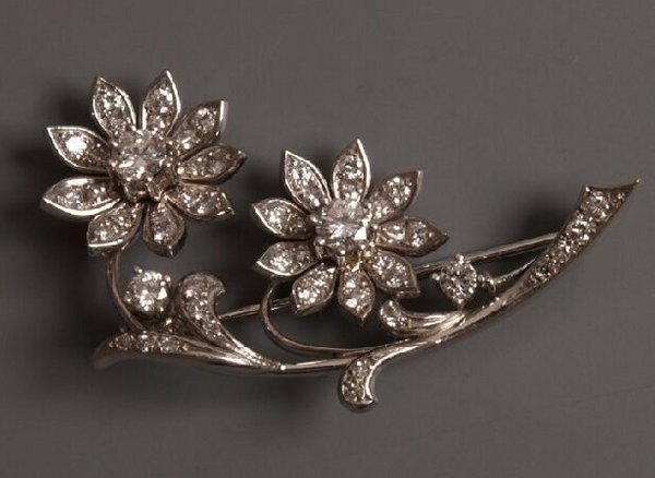 16: White gold diamond set flower brooch with two daisy