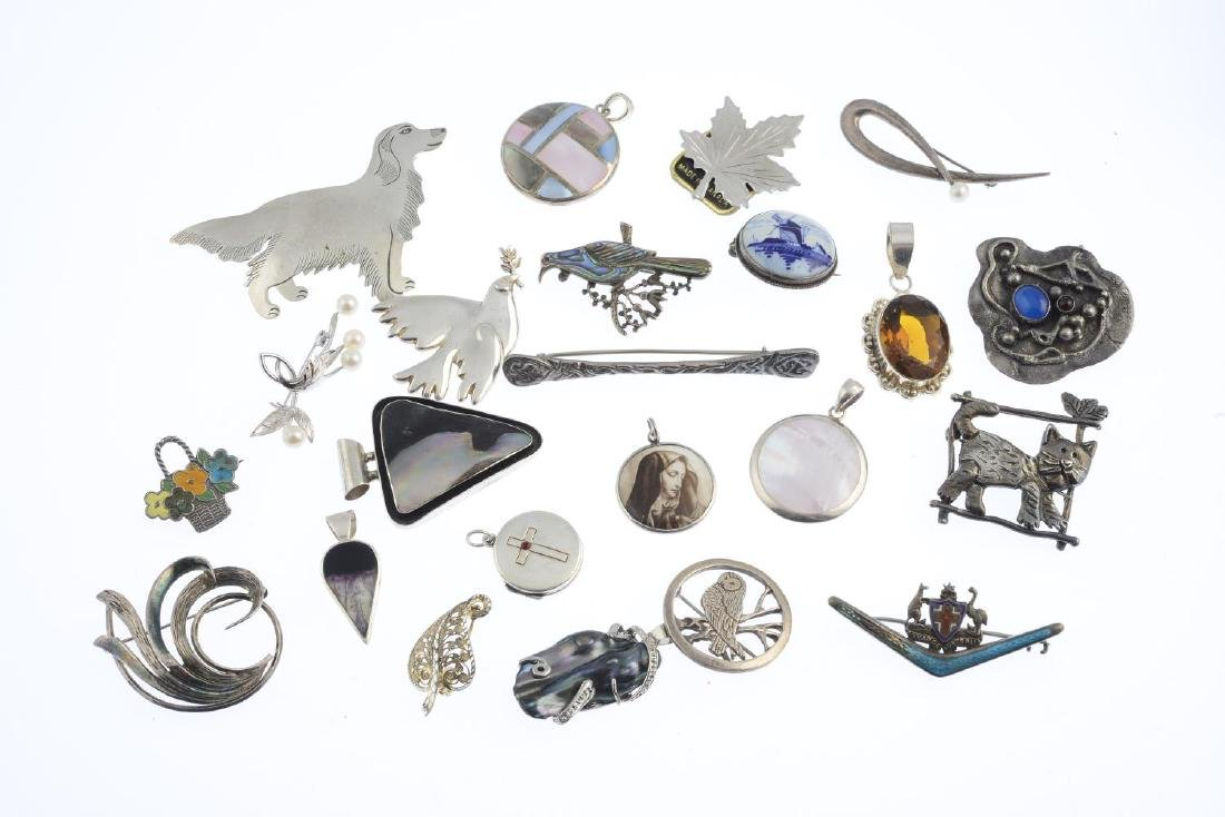 A selection of pendants and brooches. To include an - 2