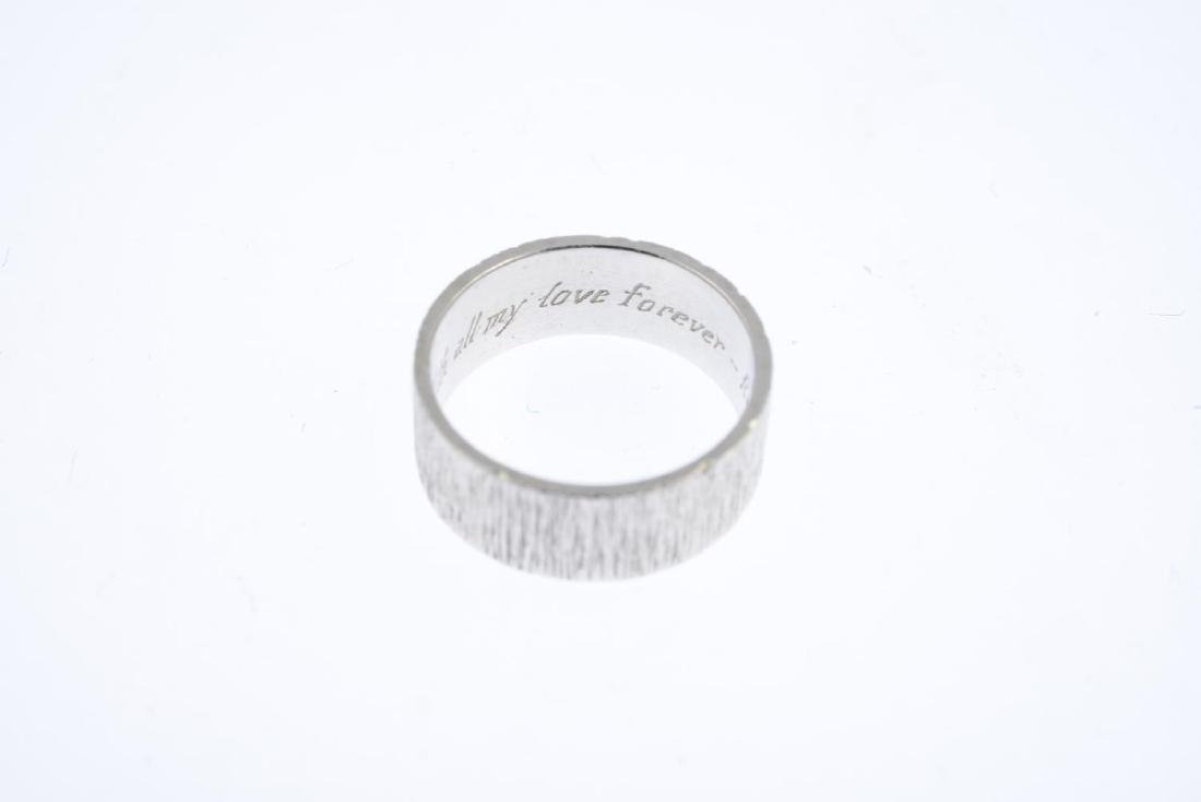 (208198) A mid 20th century band ring. With textured - 3
