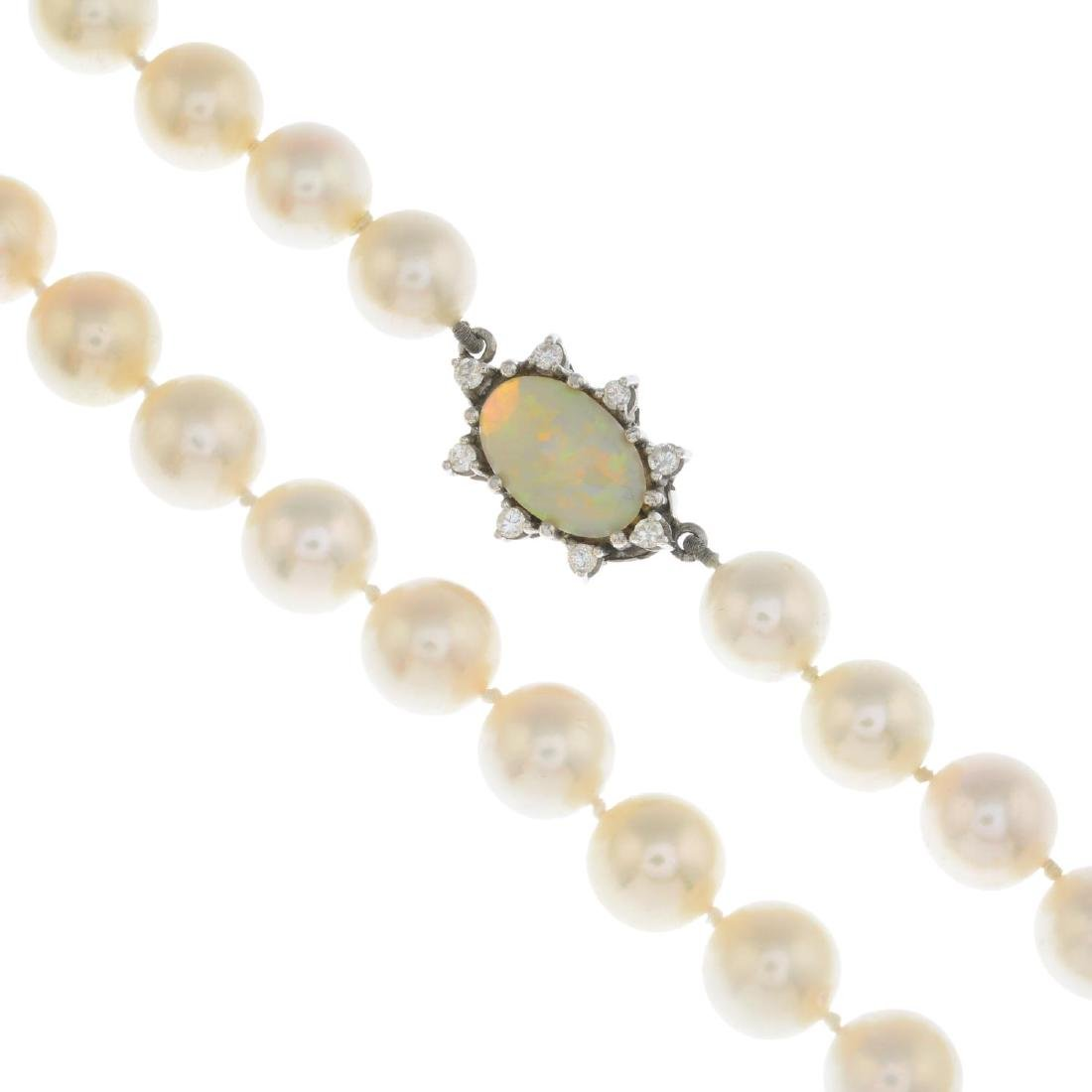 A cultured pearl single-strand necklace. Comprising