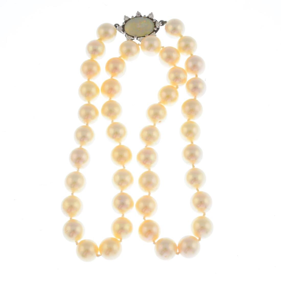 A cultured pearl single-strand necklace. Comprising - 2