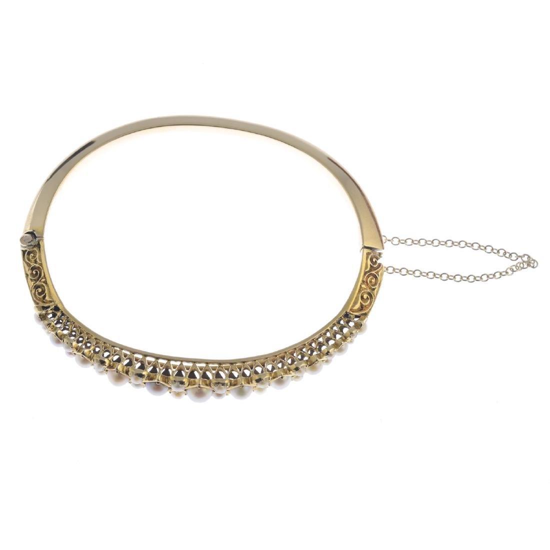 A split pearl hinged bangle. The graduated split pearl - 2