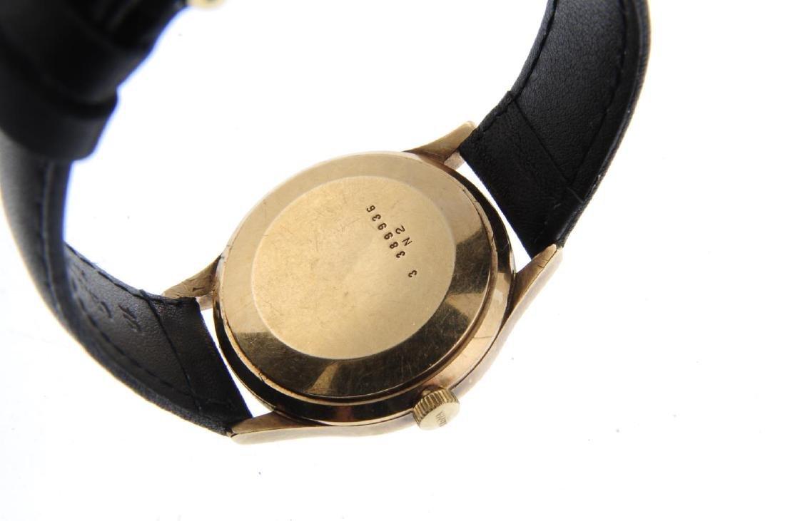 BULOVA - a gentleman's wrist watch. Yellow metal case. - 3