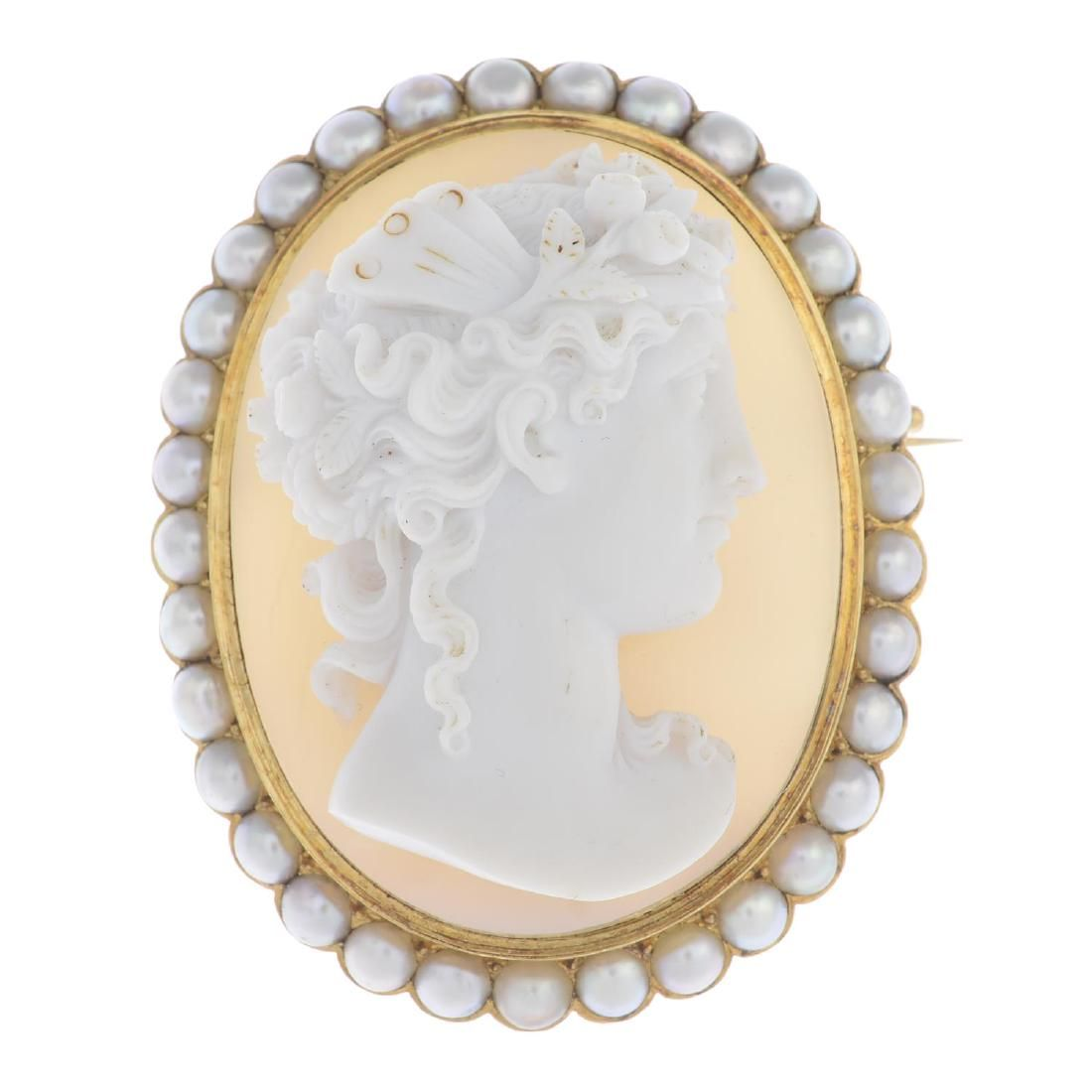 A mid Victorian 18ct gold agate cameo and split pearl
