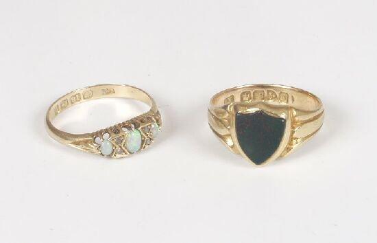1001: Edwardian 18ct gold signet ring set a s