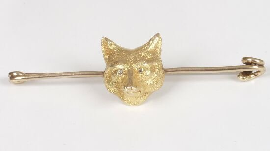 1002: 9ct gold bar brooch with central fox ma