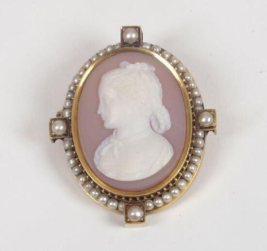 1005: Victorian gold framed cameo brooch depi