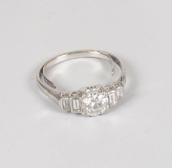 1013: Single stone round brilliant cut diamon