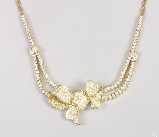 1021: 18ct gold and diamond necklace, set to