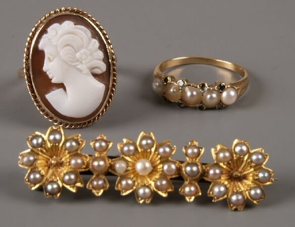 8: 9ct gold oval cameo ring, a five stone split pearl r