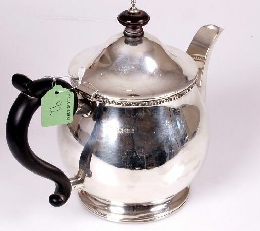1100: George V teapot, of squat baluster form, with ovo
