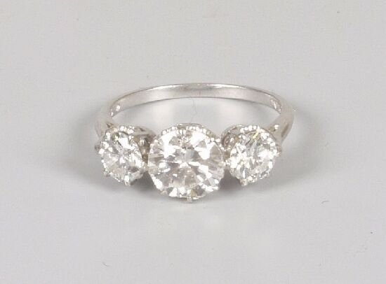 1024: Platinum three stone diamond ring, comp