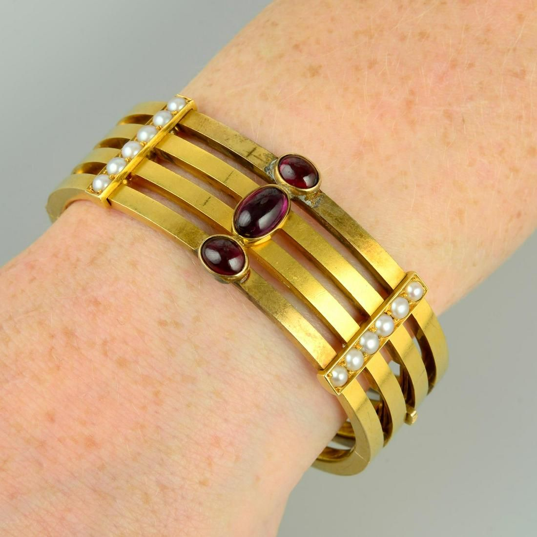 A late Victorian 15ct gold four-row hinged bangle, with