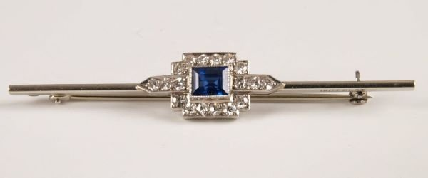 4: 18ct white gold and platinum bar brooch with a centr