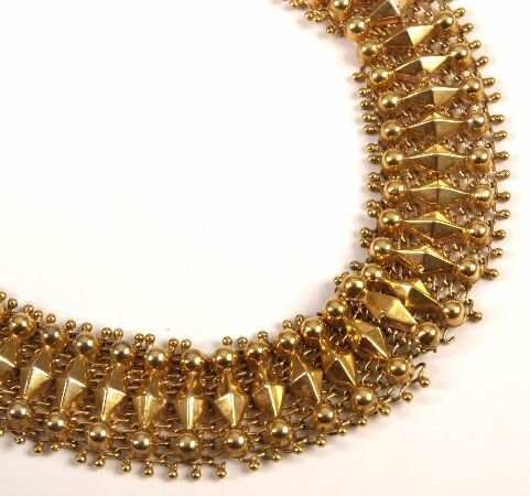 9: 18ct gold fancy mesh link bracelet with box clasp (a