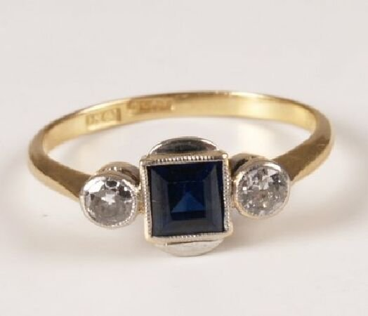 17: 18ct gold and platinum square sapphire and collet s