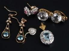302: A small collection of jewellery, to include a diam
