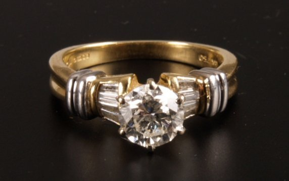 1: 18ct gold claw set single stone diamond ring of 1.08