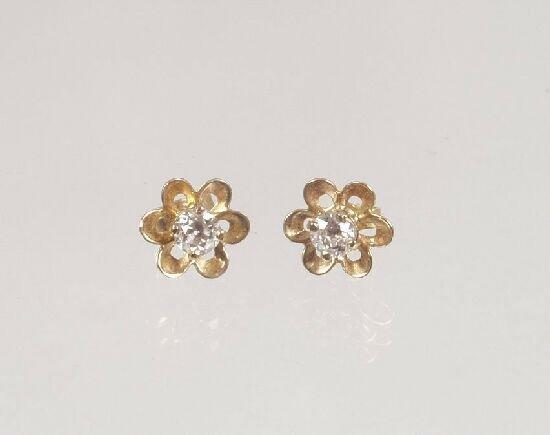 1011: Pair of 9ct gold six petal flower earst