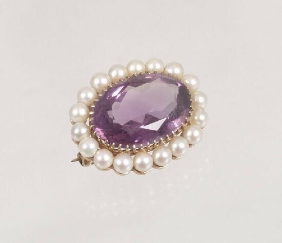 1017: 9ct gold oval amethyst and pearl brooch