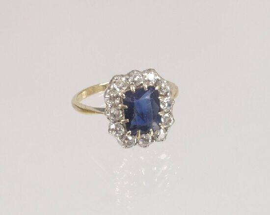 1018: 1920's 18ct gold rectangular sapphire a