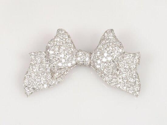 1022: An all diamond pave set bow brooch 5cm