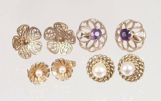 1023: Three pairs of 9ct gold stud earrings t