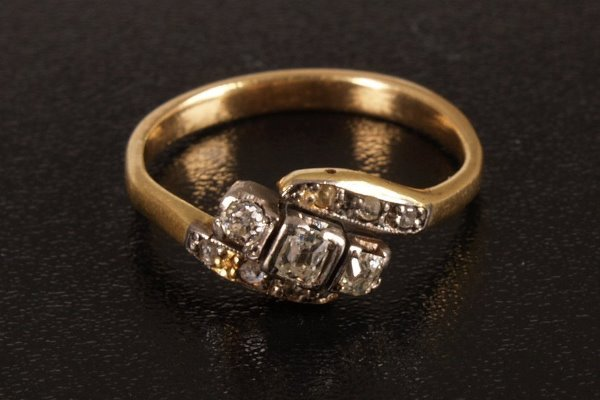 23: Three stone diamond ring, set three old mine cut di