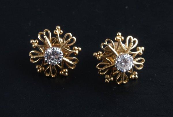9: Pair of diamond stud earrings of some 0.55ct each mo