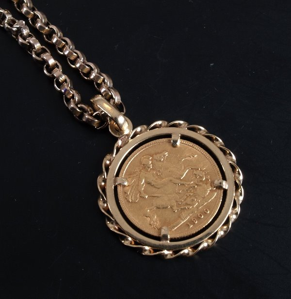 10: 9ct gold mounted full sovereign pendant dated 1900