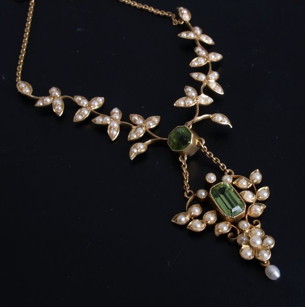 19: 15ct gold peridot and seed pearl necklet - a centra
