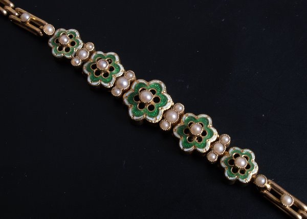 20: 15ct gold enamel and seed pearl bracelet comprising
