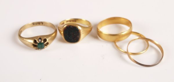 22: Five rings to include a gentleman's Edwardian 18ct