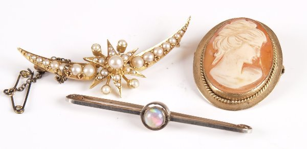 24: Five brooches to include a seed pearl crescent, a 1