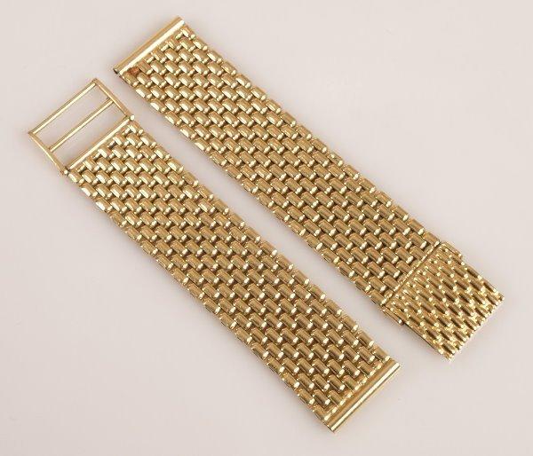 2158: An 18ct gold brick link watch bracelet,18mm, weig