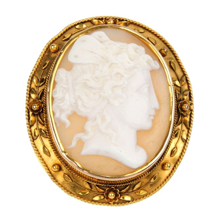 20: A shell cameo brooch. The shell carved to depict Ps
