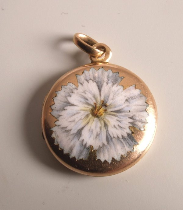 1015:  Circular photo locket, with a white enamelled fl